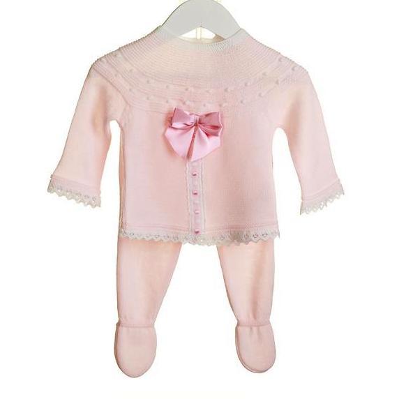 Licht roze gebreid babypakje met satijnen strik
