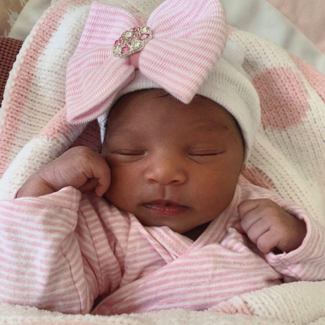 Newborn muts met roze strik en strass steentjes wit