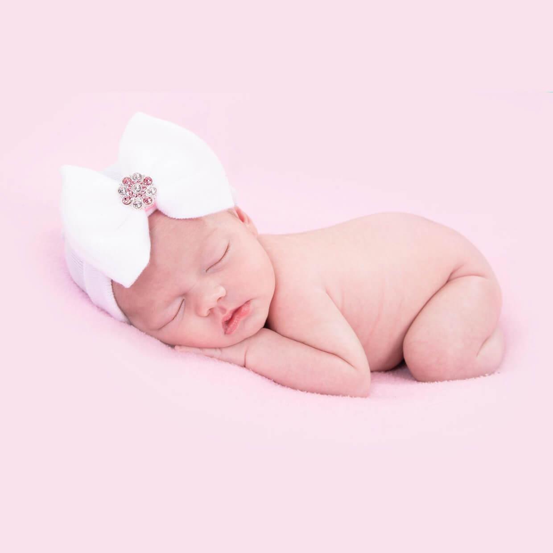 Newborn muts met strik en strass steentjes wit