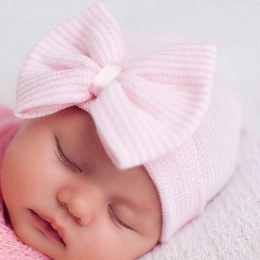 Newborn muts met strik roze gestreept