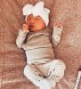 Newborn muts met strik compleet wit