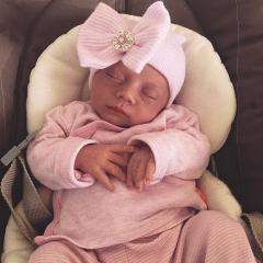 Newborn muts met roze strik en strass steentjes roze