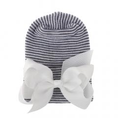 Newborn muts zwart wit met witte strik van lint extra warm