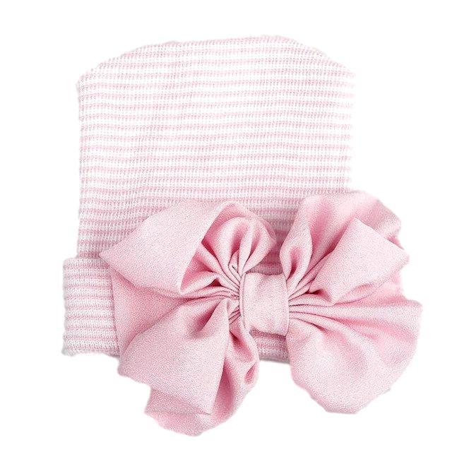 Newborn muts roze gestreept met roze strik van glanzende stof